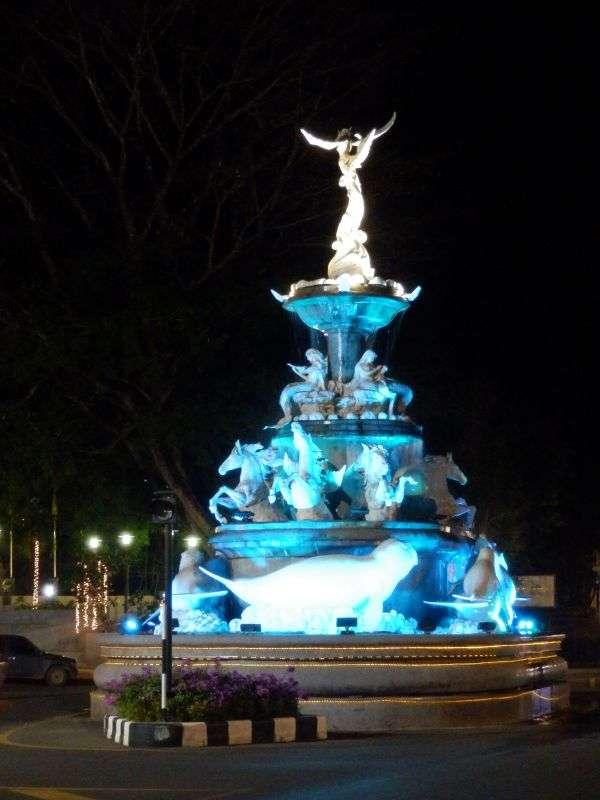 der Brunnen leuchtet in verschiedenen Farben
